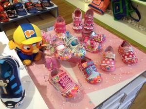 antara koleksi kasut kanak-kanak