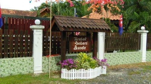 Teratak Selari Bonda di Kampung Rengit, Johor