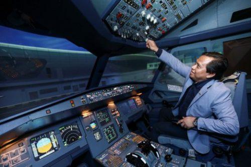 SUBANG 17 FEBRUARY 2016. (BH PLUS) Pengarah Simflight KL, Kapten Amin Said menunjukkan prosedur dan teknik sistem sebelum melakukan penerbangan Airbus 320 pada bahagian kokpit di Sim Flight KL, Skypark Terminal Lapangan Terbang Sultan Abdul Aziz Shah, Subang. NSTP/ASYRAF HAMZAH