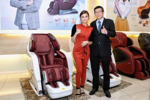 Dato Goh & Ayda pose at De'Space-5P2A4271-s